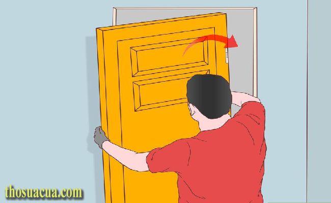 Nâng cánh cửa về vị trí ban đầu