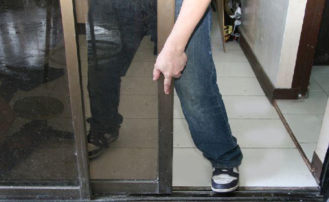 Cách làm sạch cửa kính bước 2