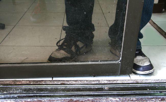 Cách làm sạch cửa kính bước 3