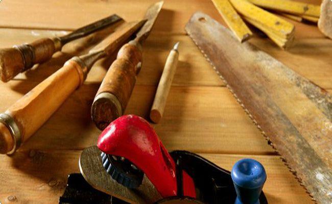 Thợ mộc sửa chữa đồ gỗ