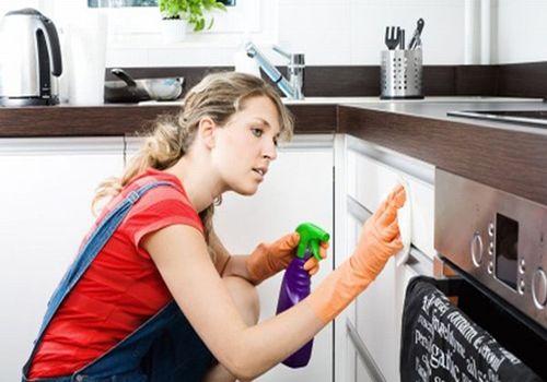 Cách giải quyết tủ bếp bị dính bẩn bằng vật liệu tự nhiên