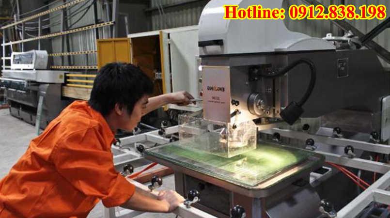 Máy và kỹ thuật cắt kính theo yêu cầu