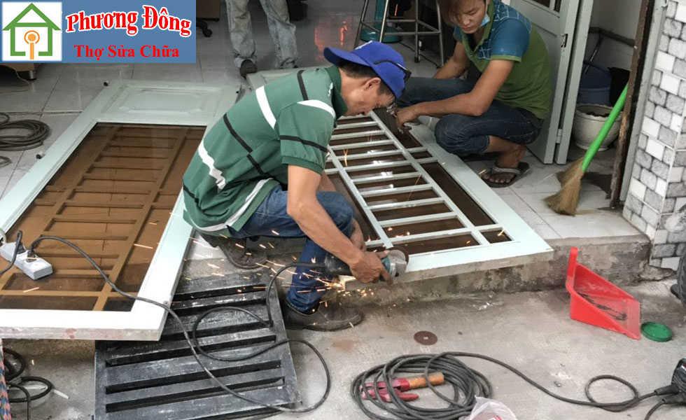 Thợ đang Sơn sửa cửa sắt quận 11
