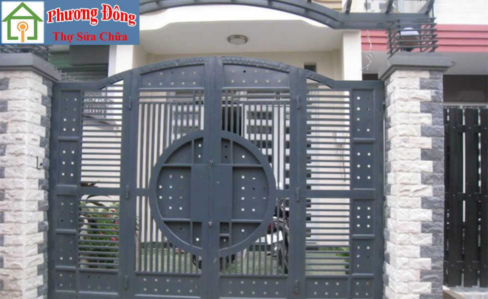 Thợ đang Sơn sửa cửa sắt quận 2