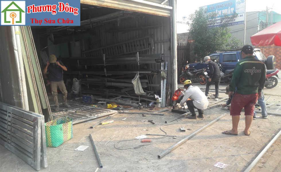 Thợ đang Sơn sửa cửa sắt quận 6