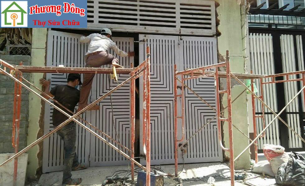 Thợ đang sửa cửa sắt tại nhà