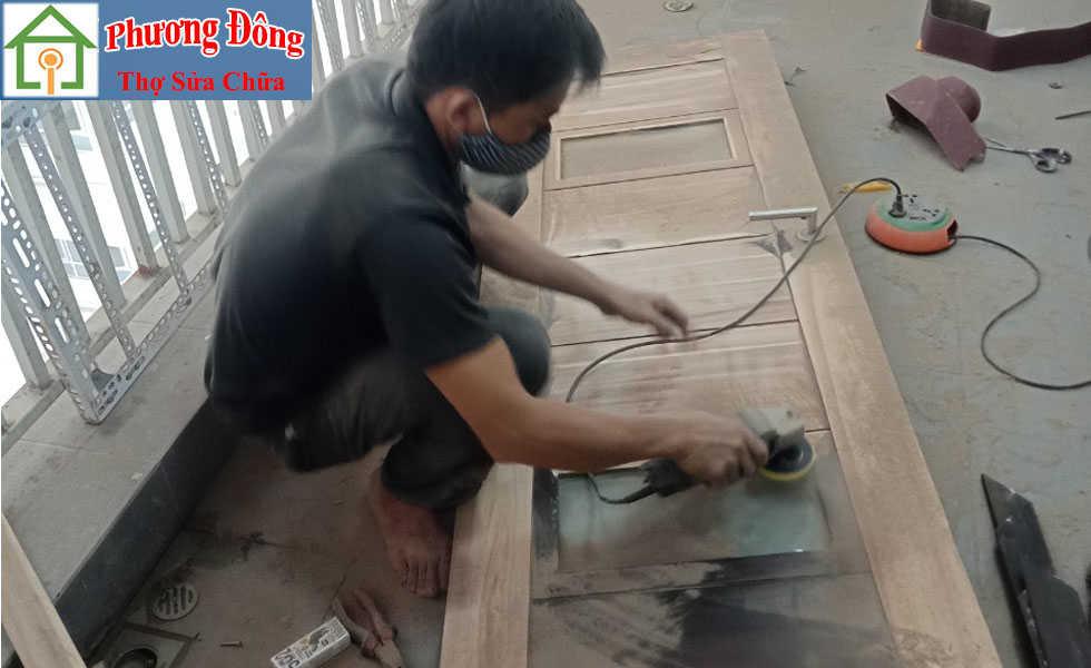 Thợ đánh giáp đồ gỗ trước khi sơn