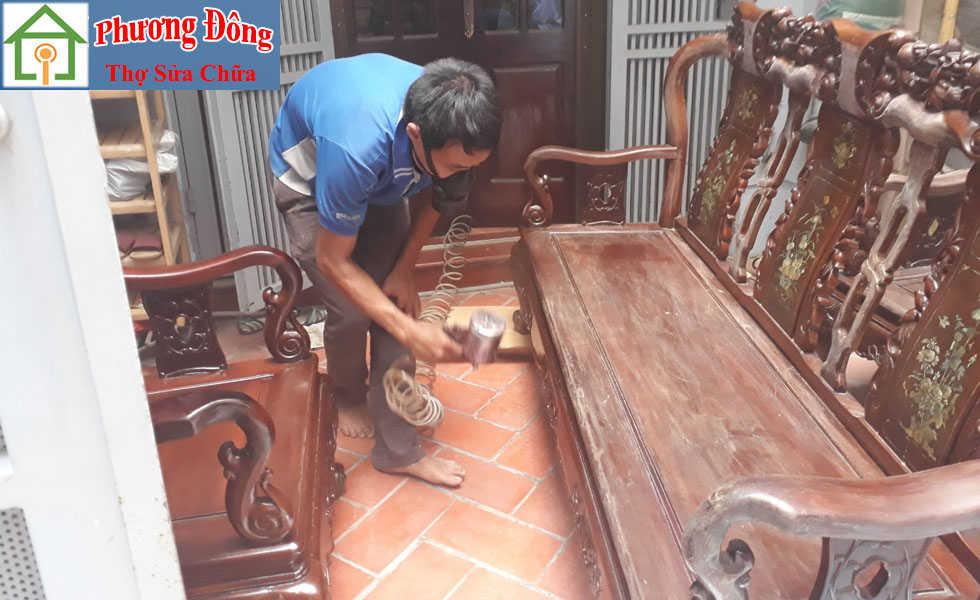 Thợ đang phun sơn bàn ghế gỗ